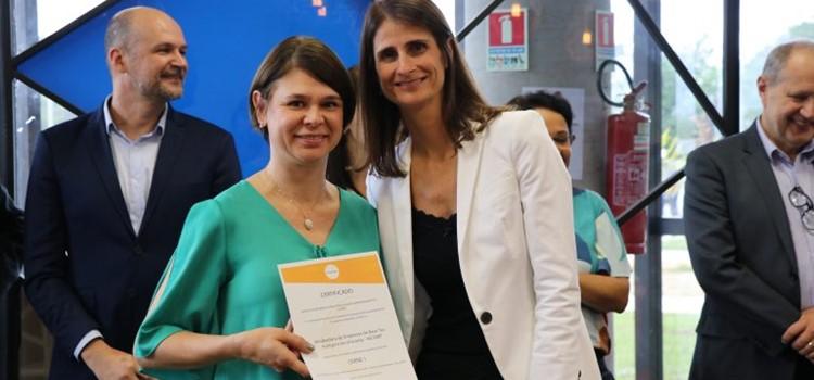 Mariana Zanatta segura a certificação Cerne da Incamp