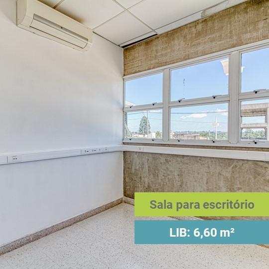 Sala vazia com uma ampla janela por toda uma parede