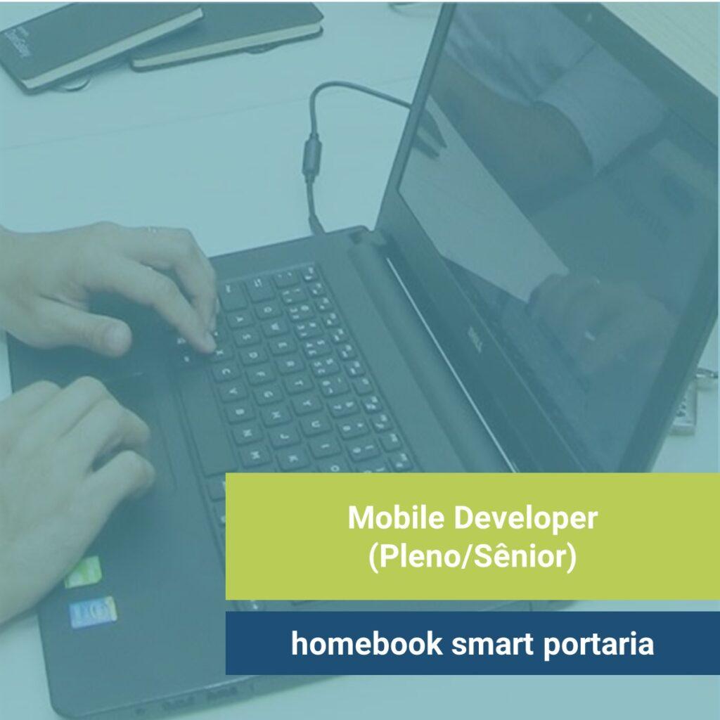Imagem: Mãos de pessoas digitando em notebook. Texto: Mobile Developer (Pleno/Sênior) na homebook smart portaria