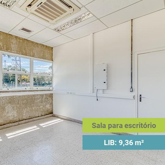 Sala vazia com uma parede branca, ar condicionado e uma parede com ampla janela