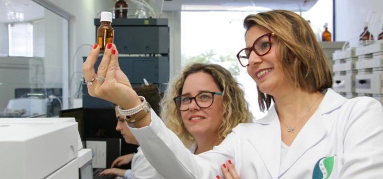 Soraya El Katib está com uma pesquisadora em seu laboratório segurando um dos produtos desenvolvidos