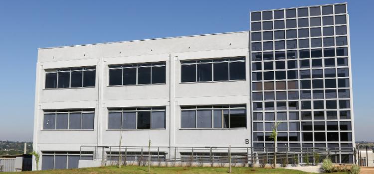 Foto do prédio Soma ao lado do prédio Núcleo