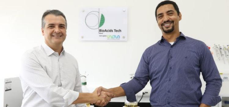 Aperto de mãos entre representante da RTB Energia e BioAcids Tech Brasil